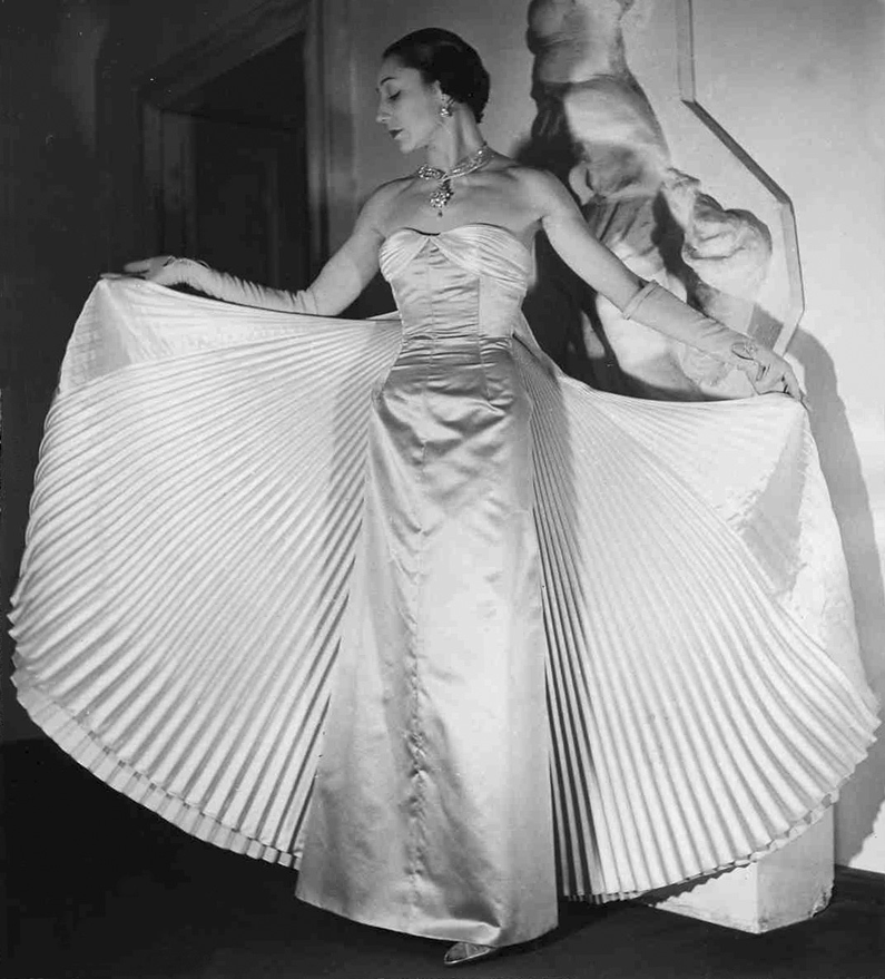 Germana Marucelli, Evening gown, Linea Plissé, Fall/Winter 1949/50 collection | The dress is worn here by Maria Cumani (dancer, actress, poetess and wife of Salvatore Quasimodo) | Archivio Germana Marucelli