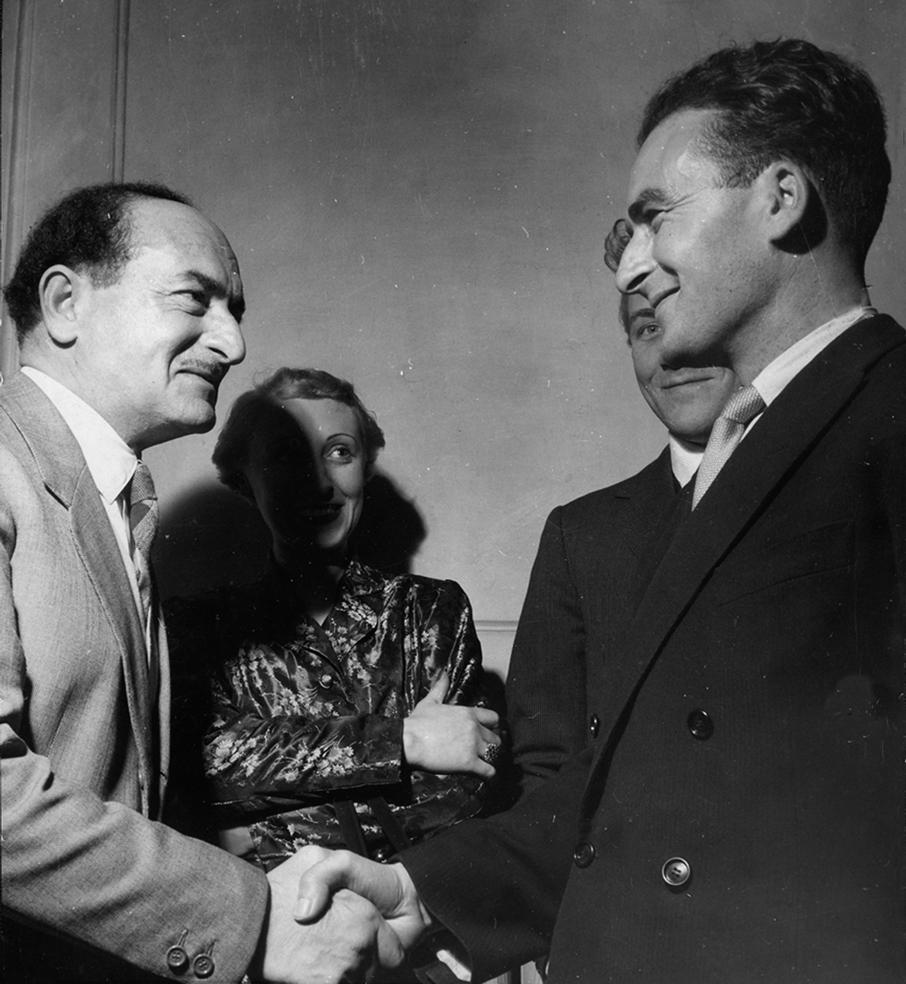 Salvatore Quasimodo si congratula con Andrea Zanzotto, vincitore del Premio San Babila Inediti 1950 © Patellani | Archivio Germana Marucelli