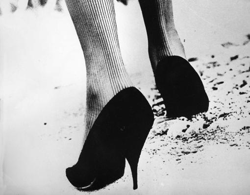 Germana Marucelli, Calzarighe op-art, autunno/inverno 1965/66. Motivo ideato in collaborazione con Getulio Alviani. Foto di Carlo Orsi | Archivio Germana Marucelli