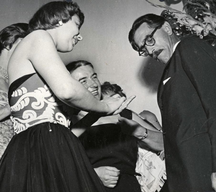 Germana Marucelli, Mario Soldati e alcune indossatrici di Marucelli (con abiti di Marucelli) in occasione del conferimento del premio, 1952 © Mercurio | Archivio Germana Marucelli