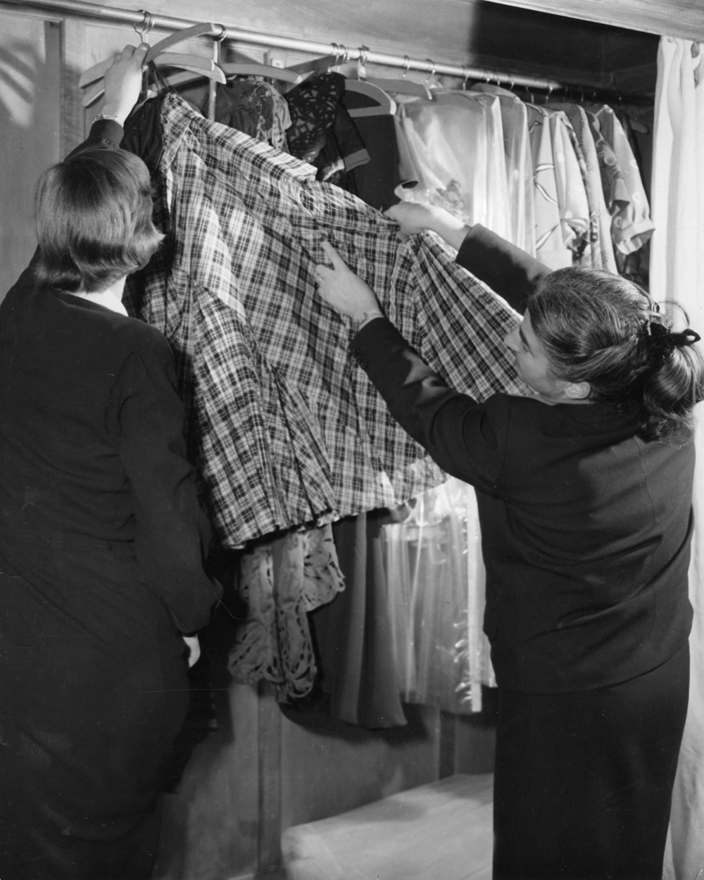 Germana Marucelli mostra i suoi abiti a una cliente nel suo atelier in Corso Venezia 18, Milano ©  Interfoto | Archivio Germana Marucelli