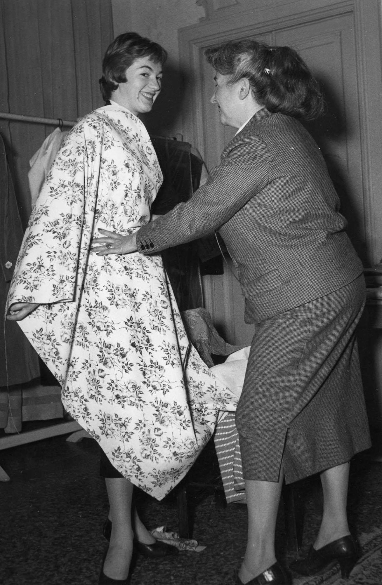 Germana Marucelli al lavoro con l'indossatrice Marisa Colla in Quaglia nel suo atelier milanese di Corso Venezia 18 | Archivio Germana Marucelli