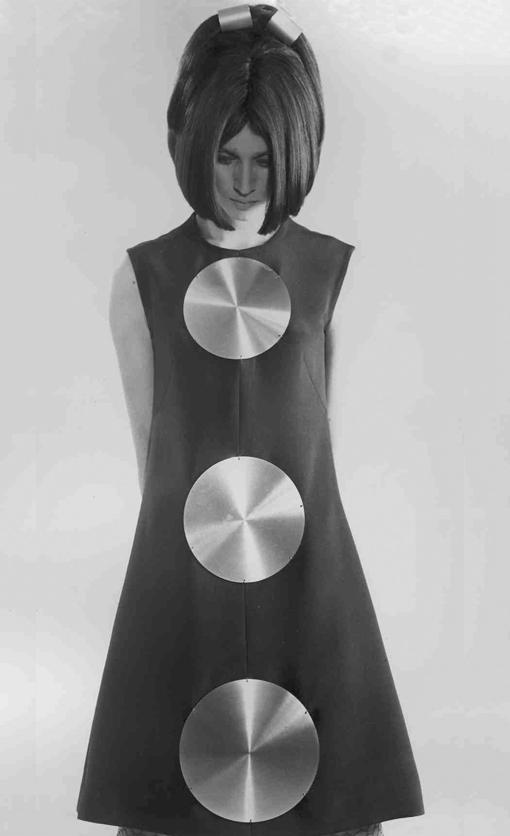Germana Marucelli, abito da Cocktail linea Alluminio, autunno/inverno 1968/69. Motivi decorativi ideati in collaborazione con Getulio Alviani © A.I.S. | Archivio Germana Marucelli