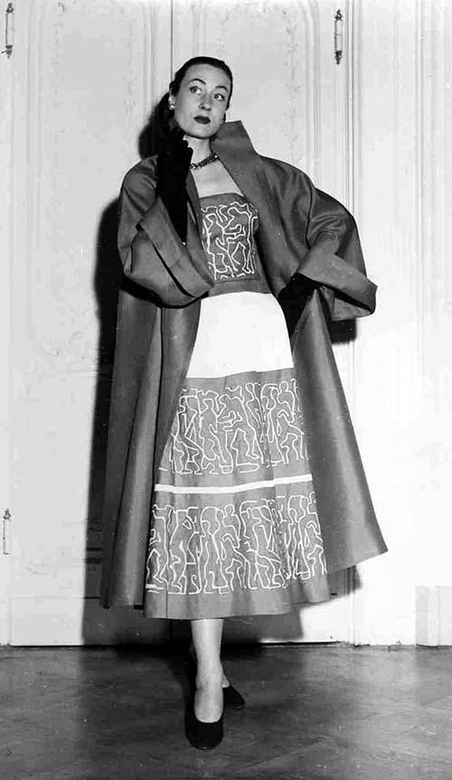 Germana Marucelli, abito da giorno, Linea Gentile (con motivi decorativi creati da Pietro Zuffi) qui ritratto durante la sfilata del 12 febbraio del 1951 a Villa Torrigiani. Fotografia di David Lees | Archivio Germana Marucelli